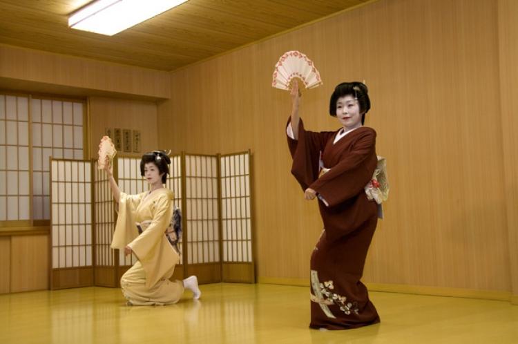 【金沢】芸妓さん気分で三味線・茶屋遊びをたしなむ一日を過ごそう